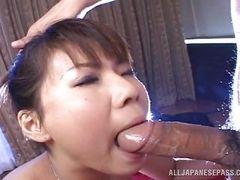 Горячая японская шлюха сосет большой член и играет со спермой
