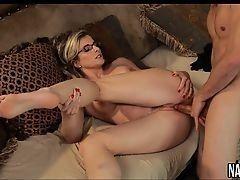 Сексуальная мамуля Cory Chase трахается с неопытным парнем на диване