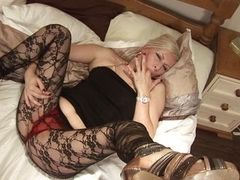 Зрелая шлюха с огромной жаждой к сексуальному парню