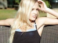 Сексуальная блондинка играет с писькой снаружи