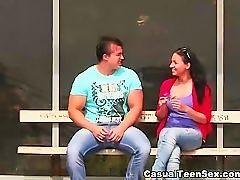 Горячий секс с молоденькими на деревянном столе