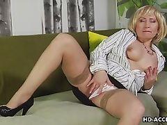 Зрелая блондинка мастурбирует для Вас