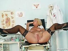 Старая белокурая медсестра с большой грудью, мастурбирующей на рабочем месте