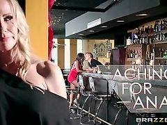 Черная мамочка сосет член в баре